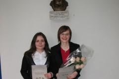 Nagrađene studentice ispred biste prof. dr. Lj. Markić-Čučuković