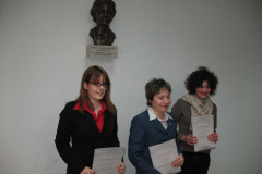 Nagrađene knjižničarke ispod biste profesorice Markić-ČuČuković
