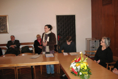 Jagoda Mesić zahvaljuje na nagradi. Slijeva na desno: Jagoda Mesić, Denis Kos, Pročelnica Odsjeka za informacijske i komunikacijske znanosti prof. dr. sc. Jadranka Lasić-Lazić