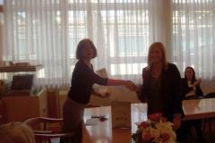 Monika Berać prima nagradu. Slijeva na desno: predsjednica Zakladnog odbora, doc. dr. sc. Ana Barbarić  i Monika Berać