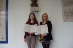 Andrea Grkinić i Monika Berać  pod bistom prof. dr. sc. Ljerke Markić Čučuiković