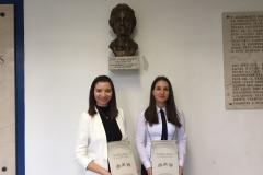 Sara Semenski i Lorena Čačković pred bistom prof. dr. sc. Ljerke Markić Čučuiković