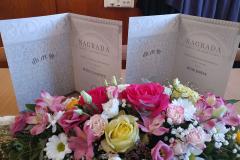 Povelje nagrađenih studenata i cvijeće