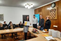 Nika Matković Mikulčić prima nagradu