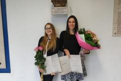 Dorotea Toljan i Nika Matković Mikulčić pod bistom dr. Ljerke Markić Čučuković